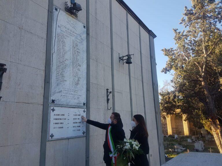 Giulianova, fiori sulla lapide dei caduti della Seconda Guerra Mondiale