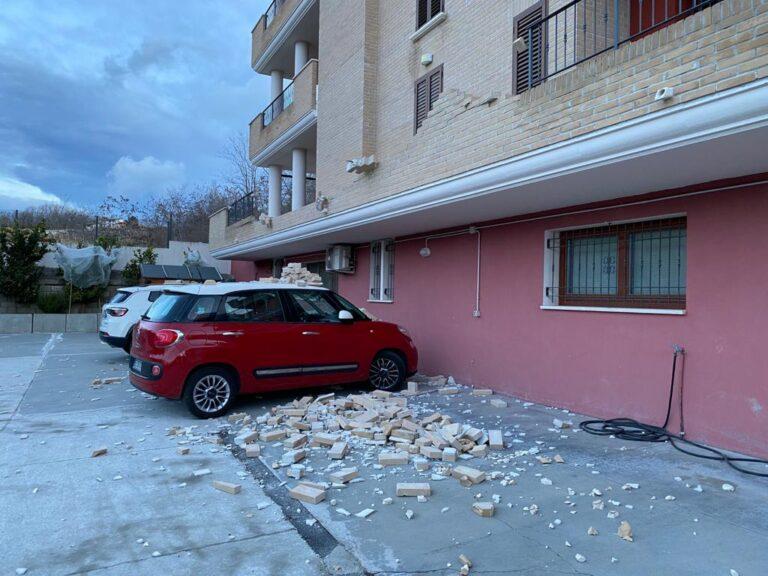 Alberi e rami a terra, mattoni su auto in sosta: il vento sferza la provincia di Teramo FOTO VIDEO