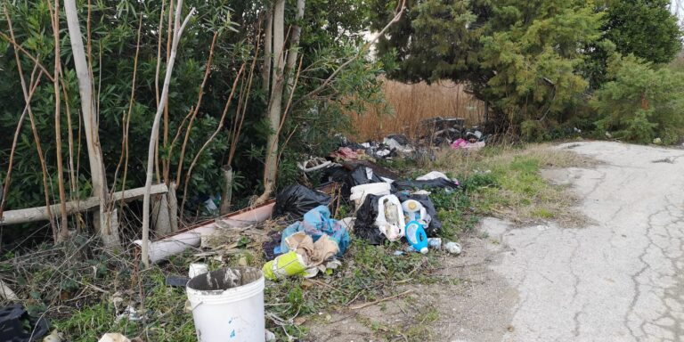 Roseto, quintali di rifiuti abbandonati nella zona di Colle Magnone FOTO