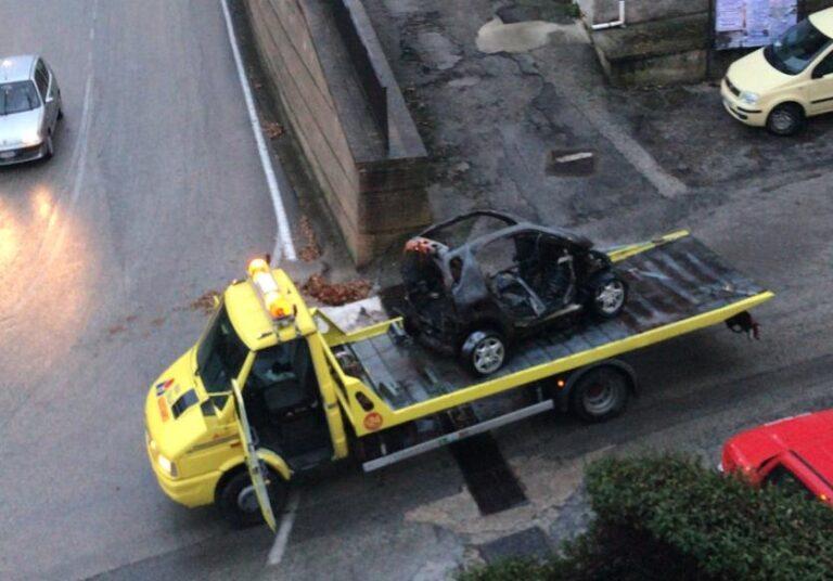 Colonnella, auto a fuoco nel centro storico FOTO
