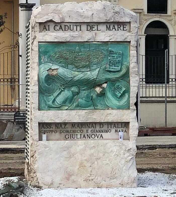 Giulianova, lavori in Piazza Dalmazia: danneggiata il monumento dedicato ai Caduti del mare