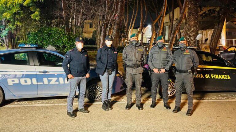 Pescara, rubano uno scaldacollo e picchiano i commessi: fermati 2 ragazzini