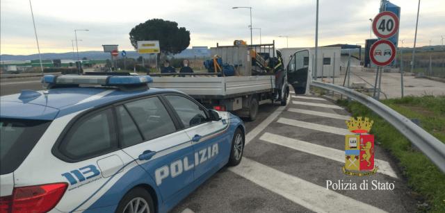 Rubano un autocarro a Montesilvano, la Polstrada di Vasto ferma il conducente e lo denuncia per ricettazione