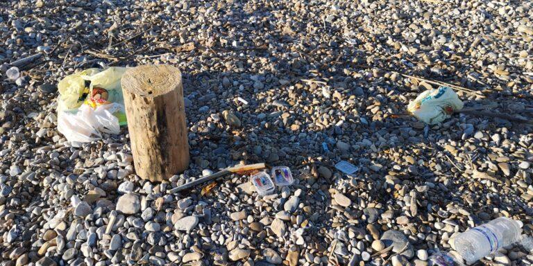 Cologna, plastica alla foce del fiume Tordino FOTO