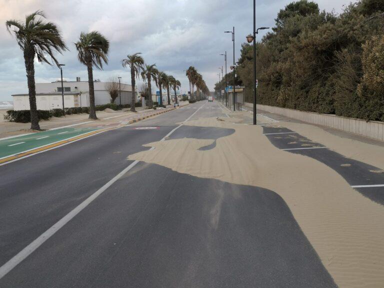 Montesilvano, lungomare senza cordoli: ancora sabbia in strada