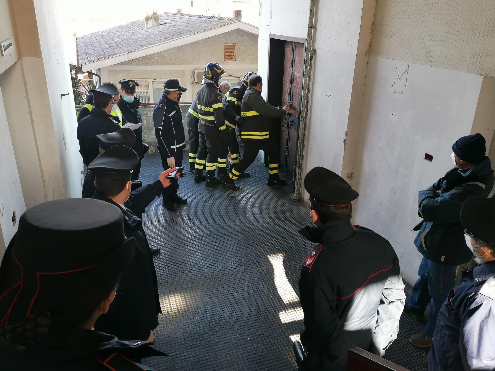 Montesilvano, blitz in via Lazio: i pompieri sfondano nel magazzino del degrado-FOTO