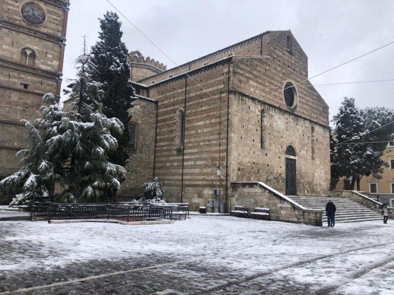 Teramo, neve anche in città, zone chiuse per caduta rami FOTO VIDEO