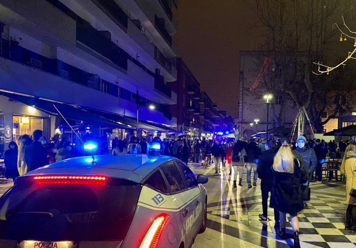 Covid, tutte le scuole chiuse a Pescara. Assembramenti e rissa al centro