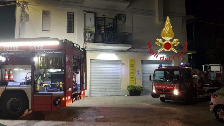 Pescara, incendio in un appartamento: salvati dai pompieri sul balcone