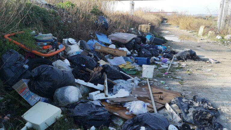 Colleranesco, tonnellate di rifiuti abbandonate sul lungofiume Tordino