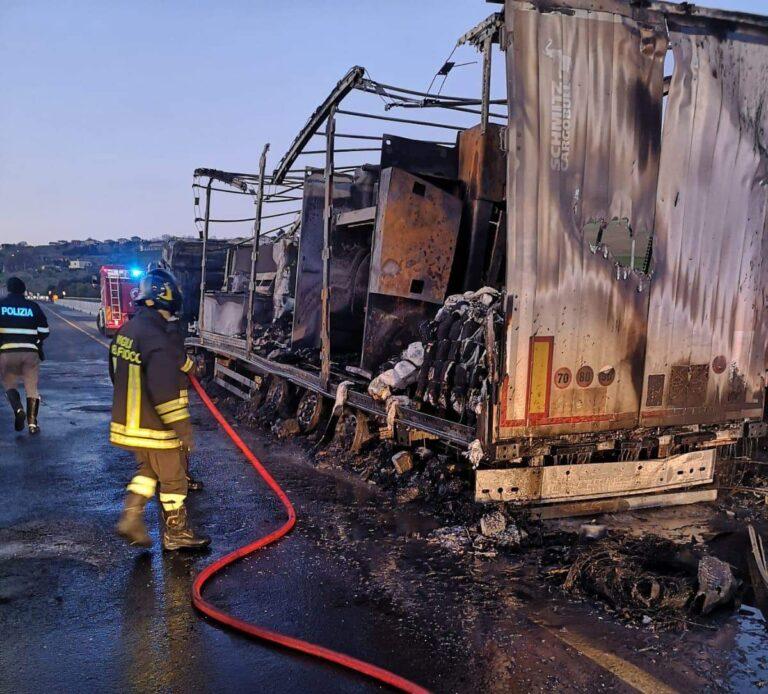 A14, veicolo in fiamme: le immagini dei vigili del fuoco FOTO VIDEO