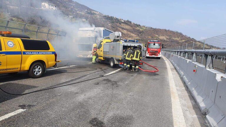 Camion a fuoco vicino Colledara, A24 chiusa al traffico FOTO