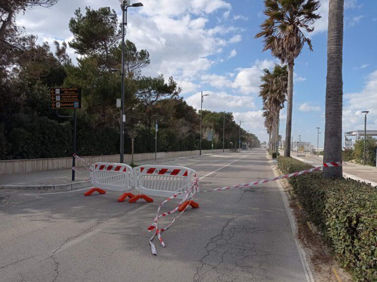 """Montesilvano, strada chiusa per sabbia accumulata: """"Amministrazione ottusa e arrogante"""" FOTO"""