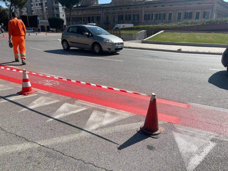 Teramo, nuova verniciatura per la corsia ciclabile di piazza Garibaldi
