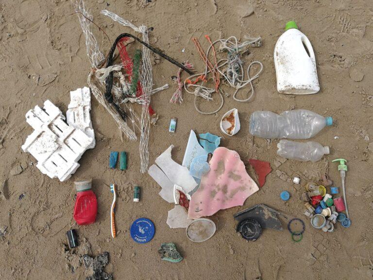 Roseto, spiaggia della Riserva del Borsacchio invasa da rifiuti e plastica