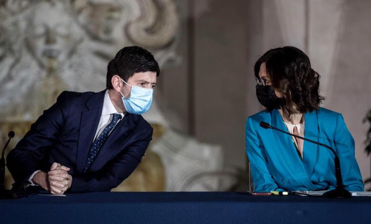 Covid, il contagio va veloce: in arrivo nuove restrizioni