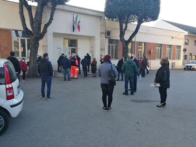 Villa Rosa, cittadini in coda dinanzi all'ufficio del Ruzzo