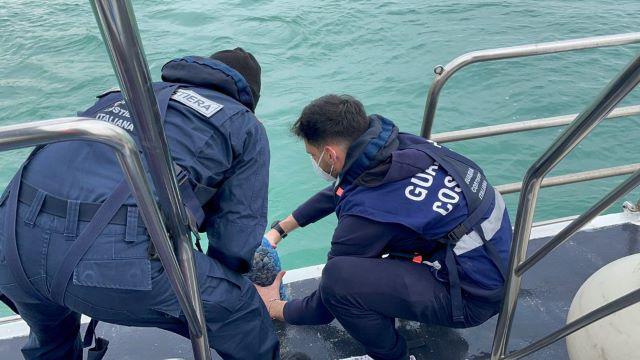 Ortona, sanzionato dalla Guardia Costiera dopo aver gettato le vongole appena pescate per eludere i controlli