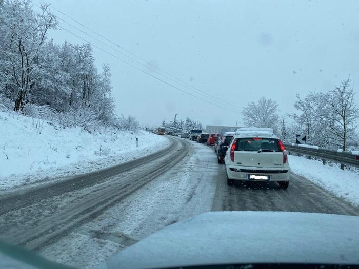 Neve in Valle Peligna: auto fuori strada e ritardi nella consegna dei vaccini