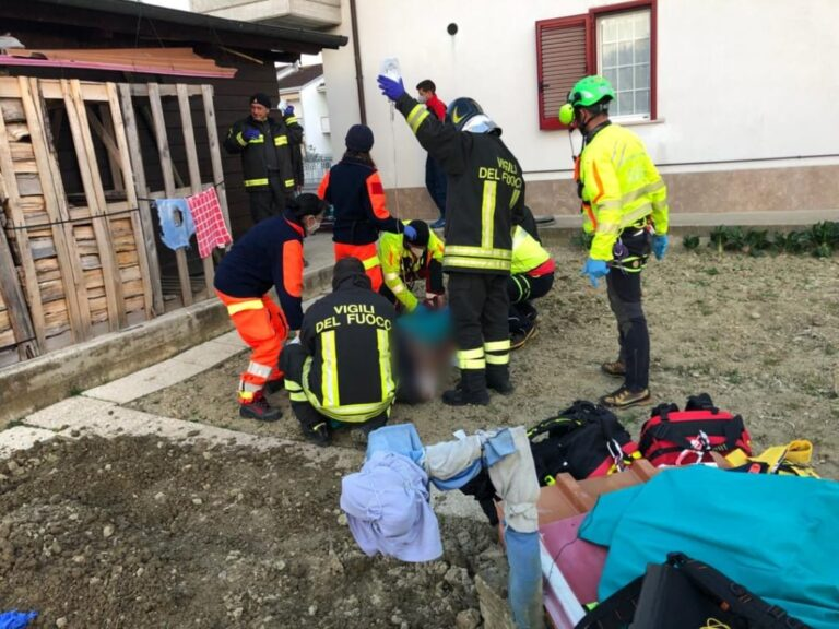 Notaresco, motozappa sulle gambe: grave in ospedale