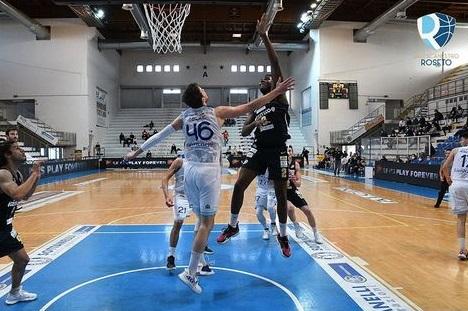 Basket, la Liofilchem Roseto lotta con la capolista Cividale ma cede nel finale
