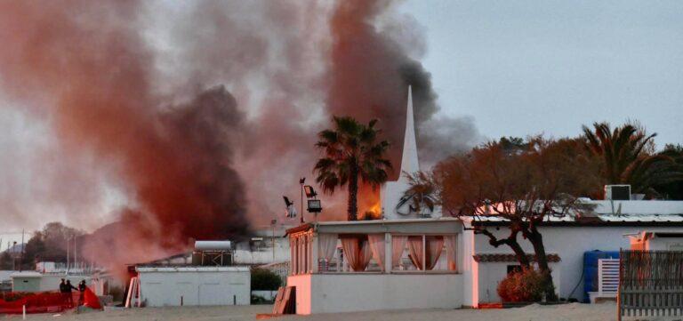 Pescara, in fiamme il Tortuga: lungomare bloccato VIDEO