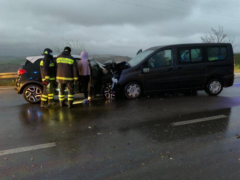 Atri, incidente tra un'auto ed un furgone: quatto giovani in ospedale