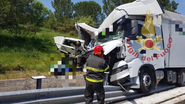 Cepagatti, scontro fra Tir: un morto in autostrada-FOTO