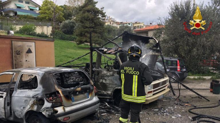 Montesilvano, a fuoco un'auto e un furgone: dentro 2 bombole di gas-FOTO
