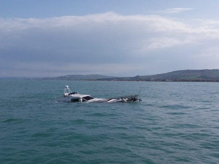Barca partita da Pescara affonda nella zona Sentina: salvi i due occupanti