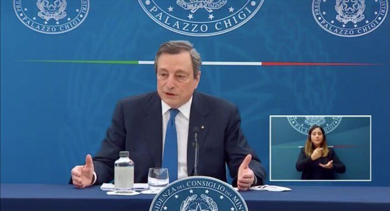"""Draghi bacchetta i furbi del vaccino. Riaperture """"ancora non ho una data"""""""