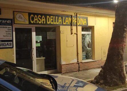 Pescara, spacca la vetrina per rubare: si ferisce e si fa arrestare