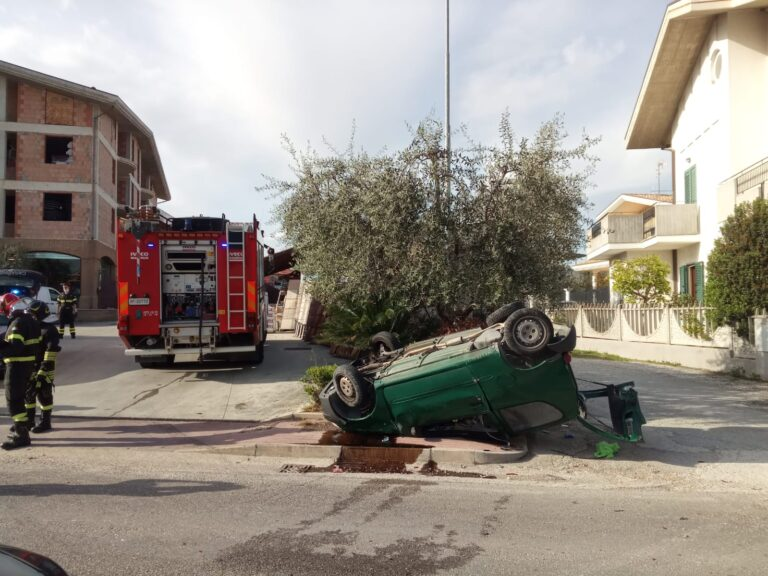 Nereto, auto si cappotta dopo l'impatto sulla 259 FOTO