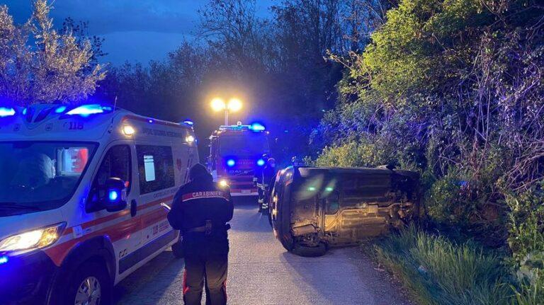 Auto si ribalta all'alba a Castelbasso: ferita una giovane donna