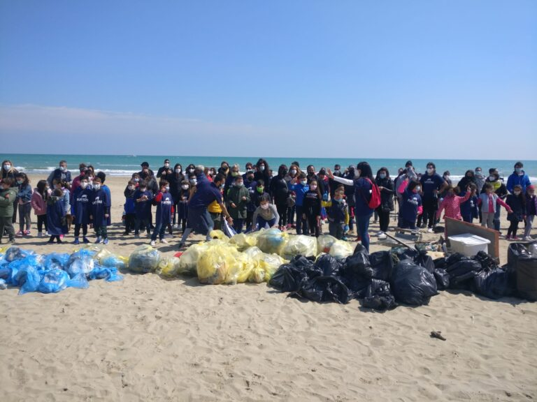 Tortoreto, volontari sulla spiaggia: raccolti 250 kg di plastica FOTO VIDEO