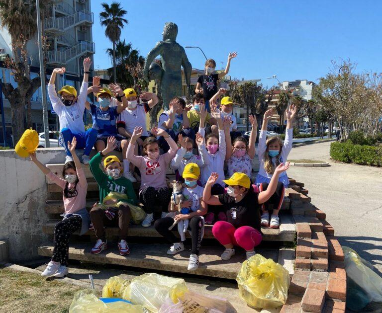 Alba Adriatica, bambini in spiaggia a raccogliere rifiuti: l'iniziativa FOTO