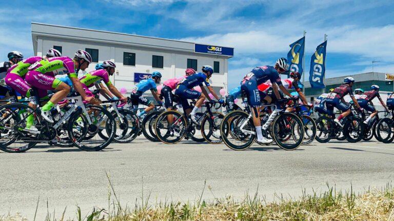 Giro d'Italia, l'abbraccio di Notaresco alla Corsa Rosa (FOTO)