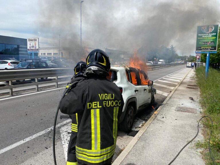 Mosciano, auto a fuoco: uomo di Pineto in salvo FOTO