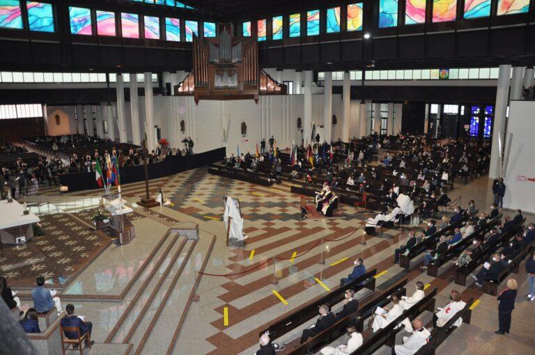 Santuario di San Gabriele: 400 fedeli per la Veglia Mariana dei Giovani FOTO