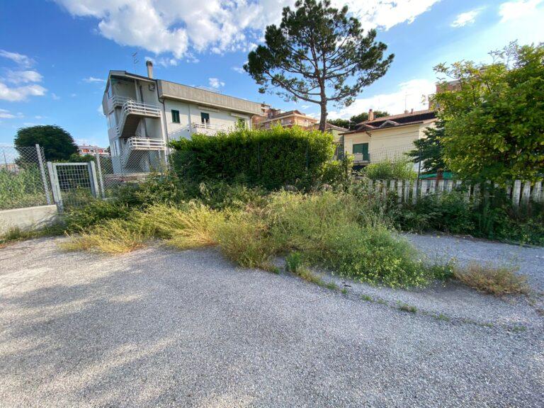Roseto, Casa Civica: 'Lungomare nel degrado invaso da erbacce'
