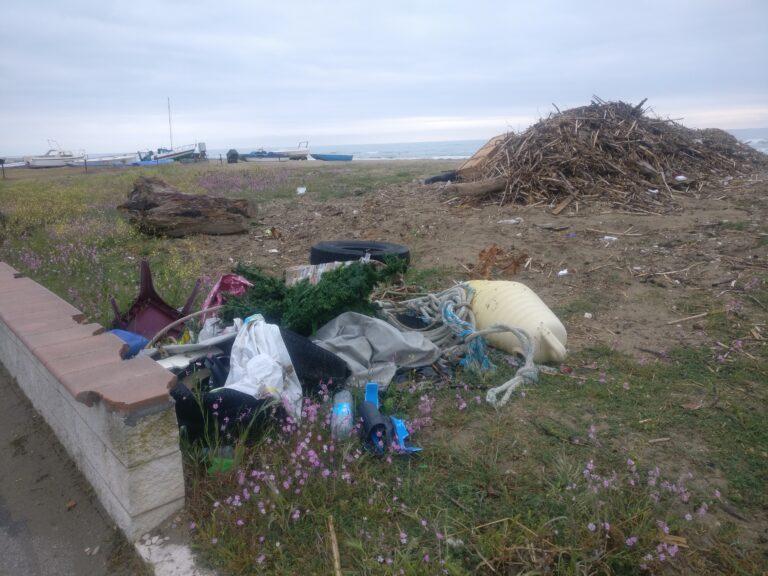 Tortoreto, nel cumulo di spiaggiato (da smaltire) c'è chi abbandona rifiuti