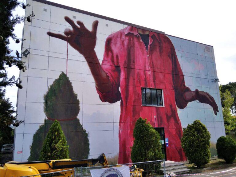 Giulianova, 'Arb-homines': Edoardo Ettorre dipinge il rapporto tra albero e uomo sulla parete del Curie
