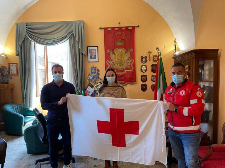 Giulianova, i volontari consegnano in Comune la bandiera della Croce Rossa