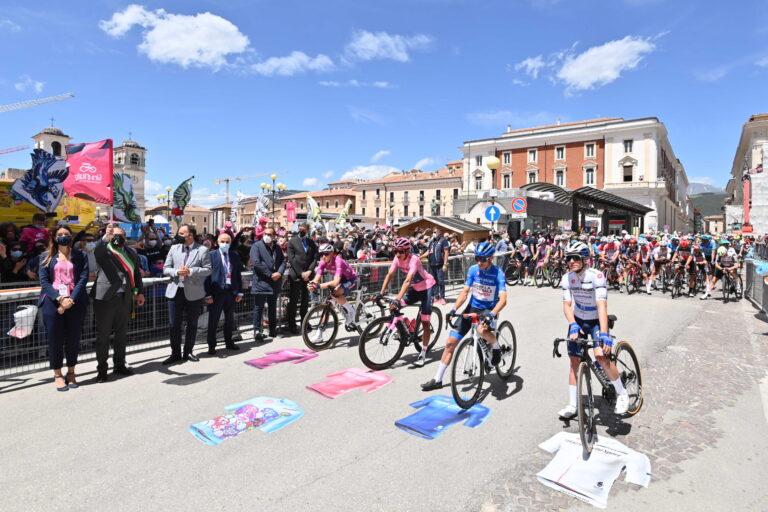Giro d'Italia, la Corsa Rosa saluta l'Abruzzo: folla in festa per il via dal centro storico de L'Aquila
