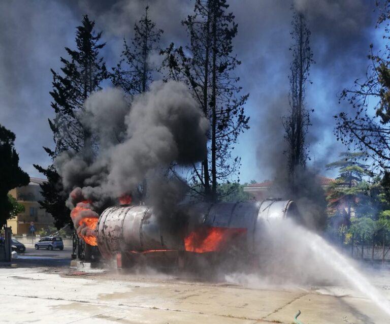 Colonnella, la cisterna prende fuoco durante le operazioni di rottamazione FOTO VIDEO
