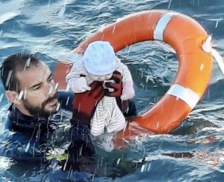 Emergenza migranti: il neonato salvato in mare. La foto simbolo