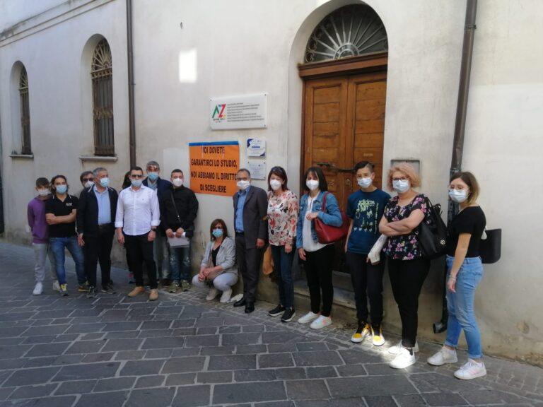 Atri, classe negata: protesta dei genitori davanti all'IIS 'A. Zoli'