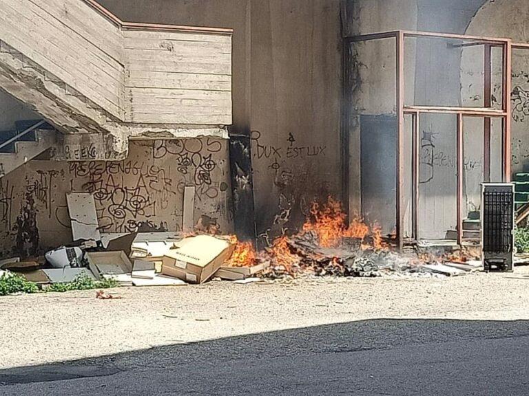 Montesilvano, via Lazio: fiamme ai rifiuti e minacce a chi denuncia