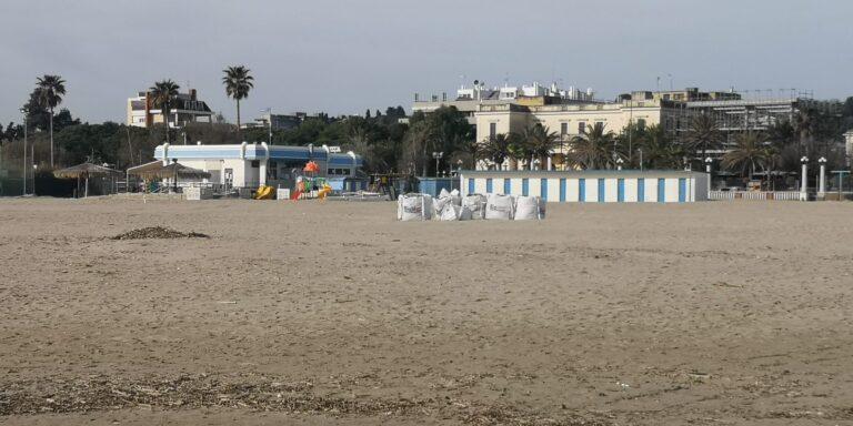 Giulianova pronta ad accogliere i turisti. Pulizia della spiaggia e primi ombrelloni