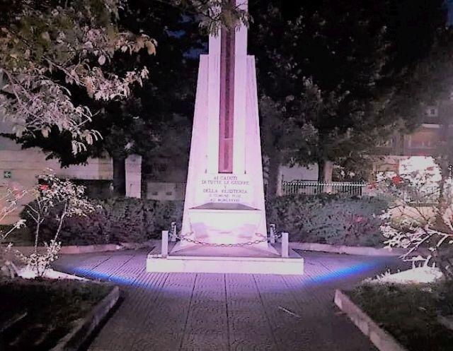 San Giovanni Teatino, Giornata Mondiale della Fibromialgia: il Monumento ai Caduti di Corso Italia si accende di viola